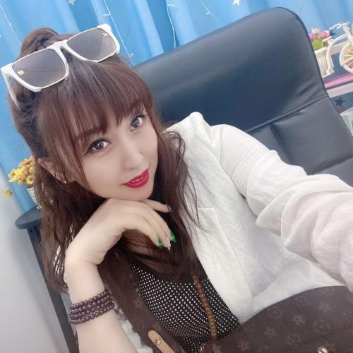 欣宝儿~百家饭主播~的美女聊天室